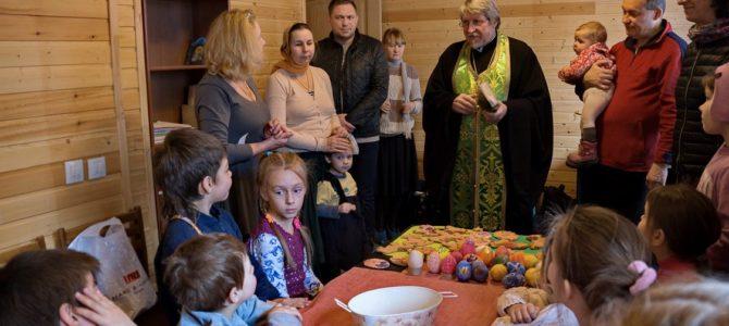 Настоятель освятил детские поделки к Пасхе